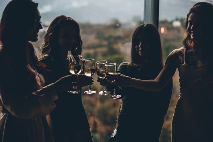 Comment réserver un restaurant à Paris pour une soirée entre amis ?